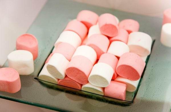 Klasszikusan hengeralakú, fehér vagy rózsaszín a pillecukor