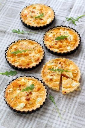 """750g vous propose la recette """"Tartelettes Butternut et fromage de chèvre"""" publiée par Pascale Weeks."""
