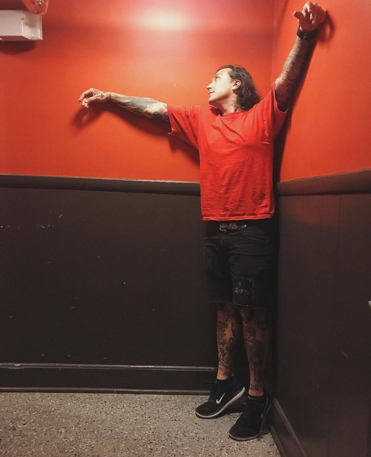 Frank Iero cooling down ❄️<<< but he's in a 90 degree corner, wouldn't that make him hotter?