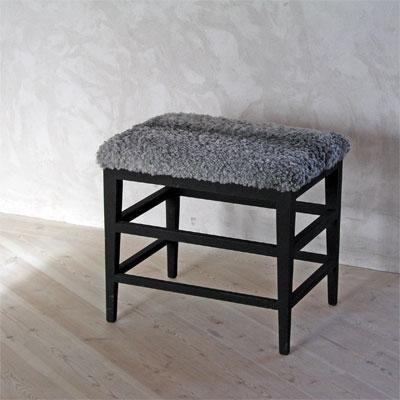 Fåröpall med temperamålat underrede. Sits i gotländskt vegetabilgarvat fårskinn.