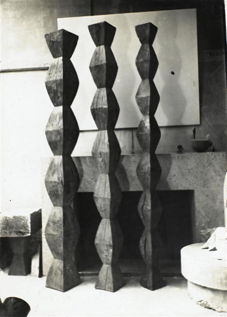 """sculpture roumaine : Constantin Brancusi, """"colonnes sans fin"""", atelier, photo NB"""