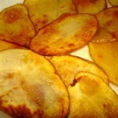 Homemade Potato Chips Recipe (via foodily.com)Potatoes Chips, Potatoes Games, Crunchy Snacks, Homemade Snacks, Food Republic, Chips Dips, Chips Recipe, Homemade Potatoes, Potatoes Side