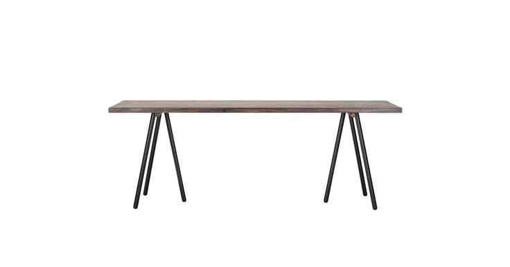 Fremstilt av de mest elegante og enkle former er dette bordet den perfekte fusjonen mellom naturlig varmt tre og metall. Den luftige konstruksjonen gir godt med beinplass til å strekke på beina eller beinflørte med middagsgjestene.