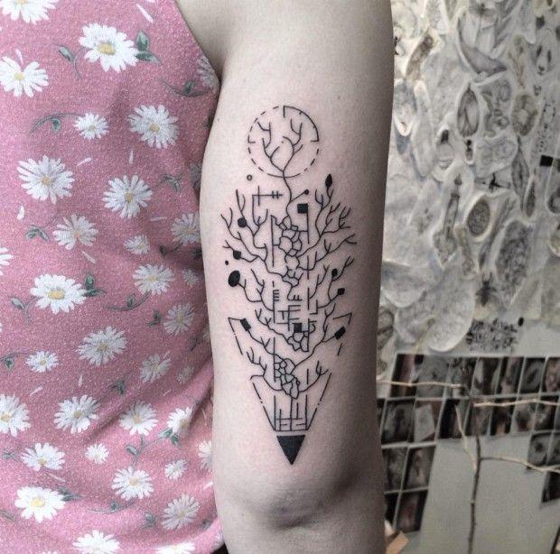 Artiste tatoueur ukrainien basé à Kiev, Evgeniy Tkachenko est un passionné de formes abstraites, de géométrie, d'animaux et d'insectes. Ses tatouages sont