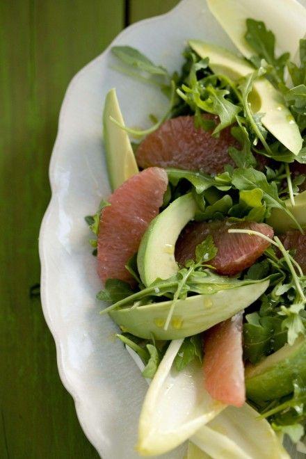 Salade d'avocat et de pamplemousse rose sur feuilles d'endive et de roquette - Châtelaine
