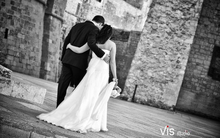 #wedding #matrimonio #sposi #weddingpuglia #bride #hugs #otranto #visstudio #weddingsalento #grottaglie #passeggiata #reportage #weddinglove #love #walkinglove