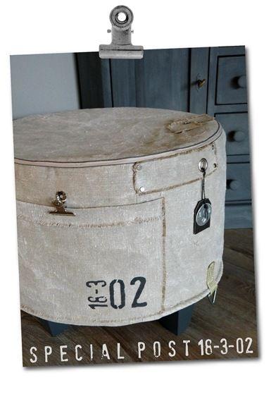 Voor een oude poef van Ikea een hoes gemaakt van postzak.