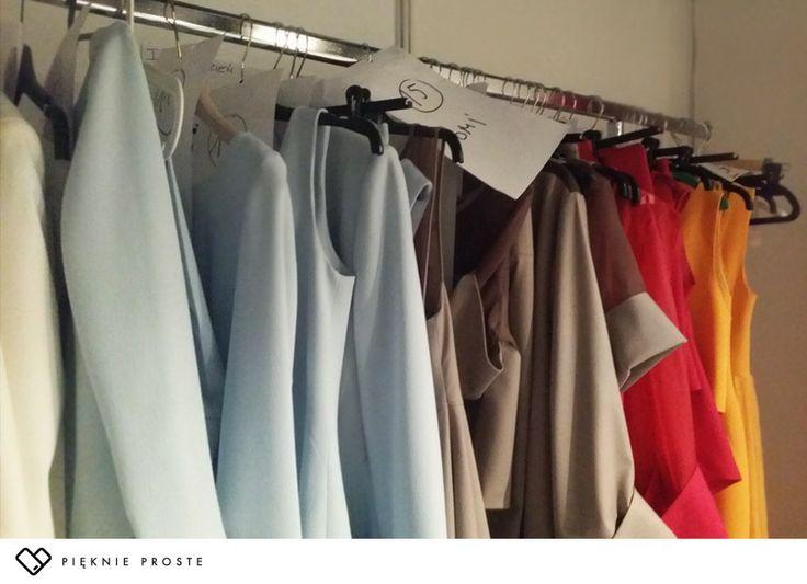 Ubrania na pokaz przygotowane dla poszczególnych modelek