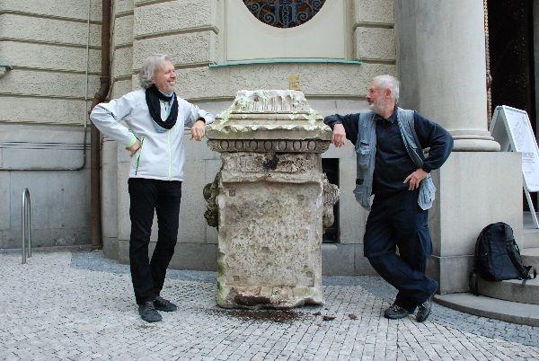 Umělec Jiří David, vpravo a sochař Kurt Gebauer po instalaci podstavce. Foto: Goethe-Institut v Praze.