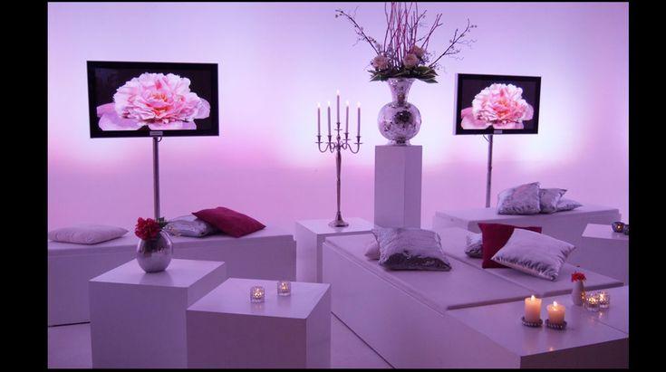 Bruiloft lounge | Lounge, wit, strak, modern, tv schermen, disco vaas, kussen, decoratie, styling, white, pillows, tight,