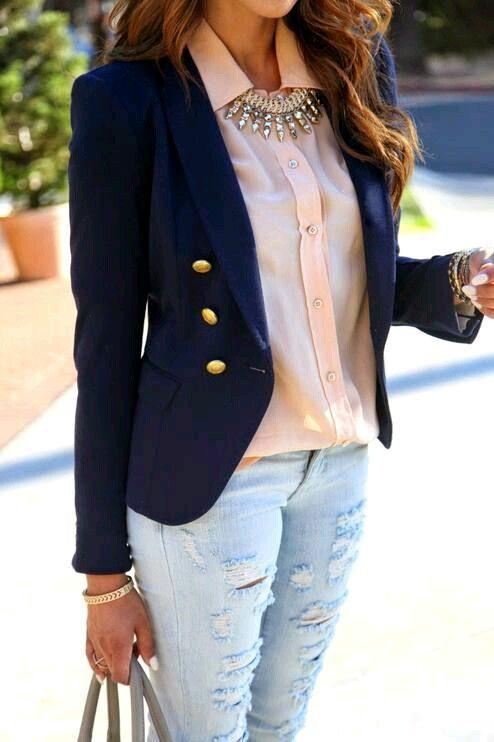 Jeans troué, chemisier rose clair, veste bleu marine et un collier ? Look classique et carrément décaler ! #FiI