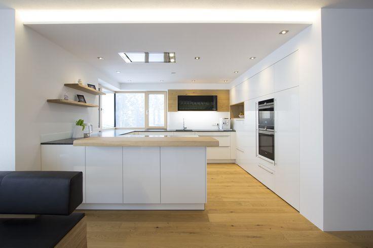 Wohnküche weiß hochglänzend mit indirekter Deck…