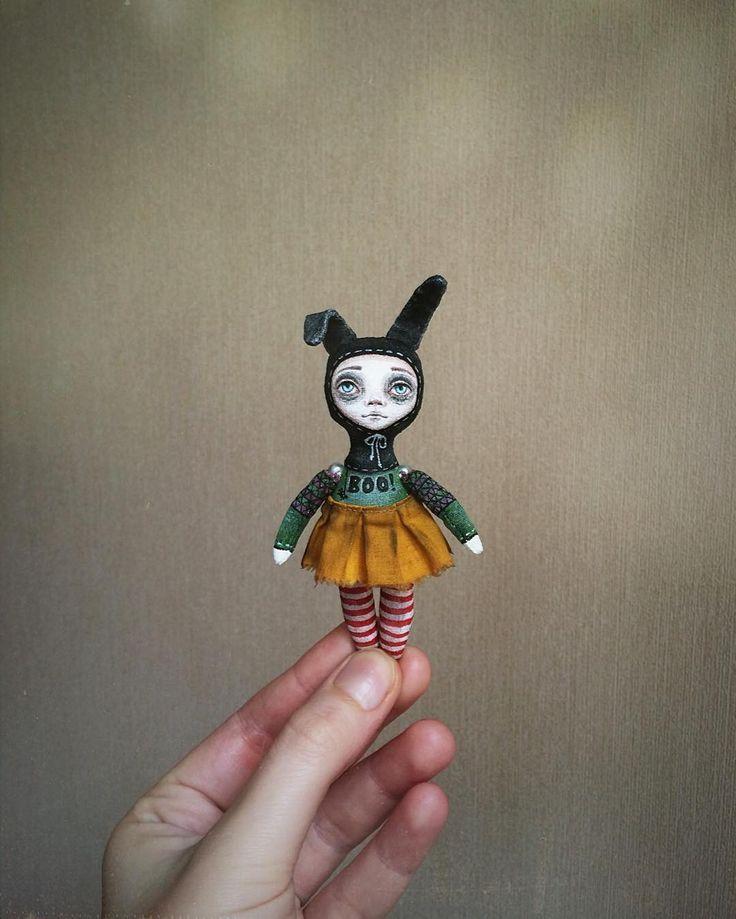 """Мини-кукла """"Буся"""". Может стать куклой для куклы, а может просто быть с вами везде и всегда, ведь она легко поместиться и в карман, и в сумочку👌🏽. Ножки и ручки на бусинах, подвижные. Защищена матовым акриловым лаком. Рост 9 см, без ушек.  Цена 1000 ₽ + почта до вашего города.  #миникукла #ручнаяработа #жутики #другиекуклы #куклыеленыхайдуковой #хэллоуин #идеиподарков #зайка #куколка #текстильнаякукла #грунтованныйтекстиль #мастеркрафт #туапсе"""