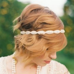 25 Totally Pretty Ways to Wear a Headband, like resting it over your loose waves for a classic 1920s look (via Inspiring Pretty).