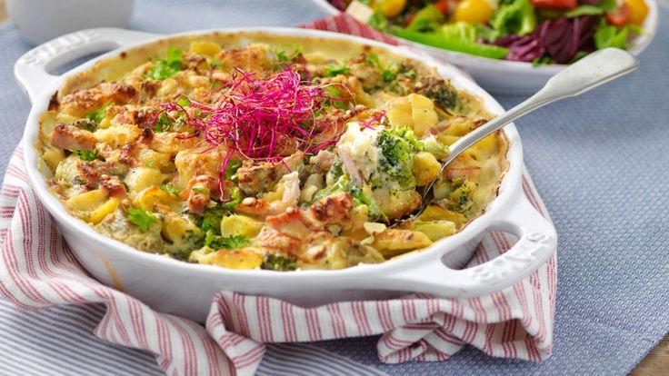 Kasslergratäng med broccoli och ädelostsås 4 personer  400 g pasta, gärna penne eller snäckor 1 broccolistånd, ca 250 g ½ purjolök 120 g kronärtskockshjärtan 400 g kassler, strimlad...