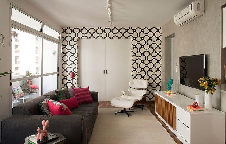 A porta também pode ser emoldurada com papel de parede, como nesta sala de estar projetada pelos arquitetos Renato Salles e Vivian Giometti, sócios do Estúdio Cada Um