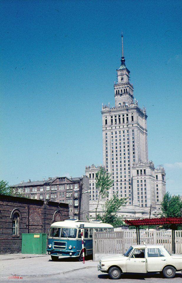 Chmielna, 1973r. Na miejscu widocznej kamienicy stoją dziś Złote Tarasy. fot., źr. fotopolska.eu
