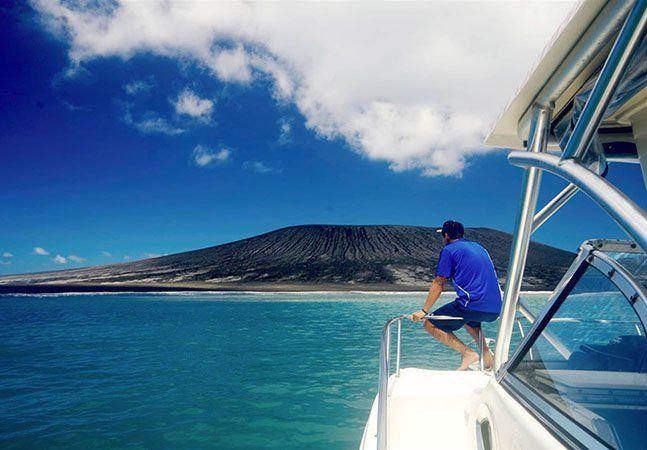 Poucos dias após relatarmos as cinco ilhas que podem desaparecer do mundo se continuarmos tratando o planeta da mesma forma (conheça todas aqui), eis que surge uma novidade: foi encontrada uma nova ilha no Pacífico Sul. Após a erupção de um vulcão submarino no arquipélago de Tonga, na Polinésia, emergiu a formação de 500 metros de comprimento e 250 metros de altura,a 45km a noroeste da capital, Nuku'alofa. Esta foi a segunda erupção vulcânica em cinco anos. Apesar do cenário parecer…