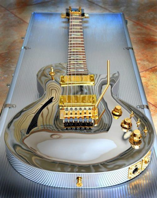 Chrome Les Paul with gold hardware...nice Somebody please buy me this...I NEEEEEEEEED it !!!!