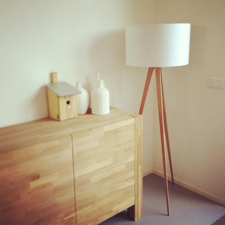 Staande lamp met houten voet naast de bank home sweet home pinterest lamps and met - Houten drie voet lamp ...