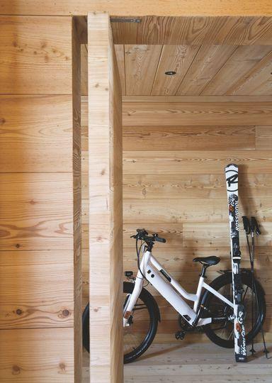 En hiver, les skis descendent les pistes tout seuls ; en été, le vélo électrique monte (presque) tout seul la route des Carroz... - Confort chic pour maison en bois à la montagne - CôtéMaison.fr