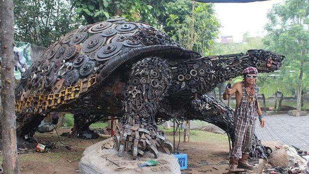 Bakat seni Ono Gaf atau Ono Sumarsono ternyata sudah dimiliki sejak kecil. Pria berusia 68 tahun itu belajar seni secara otodidak.