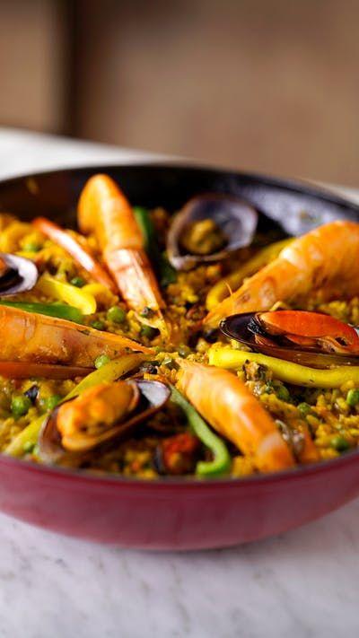 Que tal viajar para a Espanha com essa paella de frutos do mar simplesmente deliciosa?
