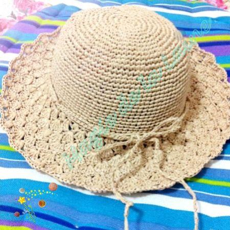Chapeau Mademoiselle en raphia, rafraîchissant et élégant, crocheté avec le fil Rafia d'Adriafil. Le kit à crocheter est ici: http://www.magiedelalaine.com/kits-tricot-bonnet/270-kit-a-crocheter-chapeau-mademoiselle.html