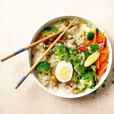 Deze soep is het ultieme comfort- én restjes recept. Gebruik groenten die je nog in de koelkast hebt liggen en maak extra lekker met een gekookt eitje.