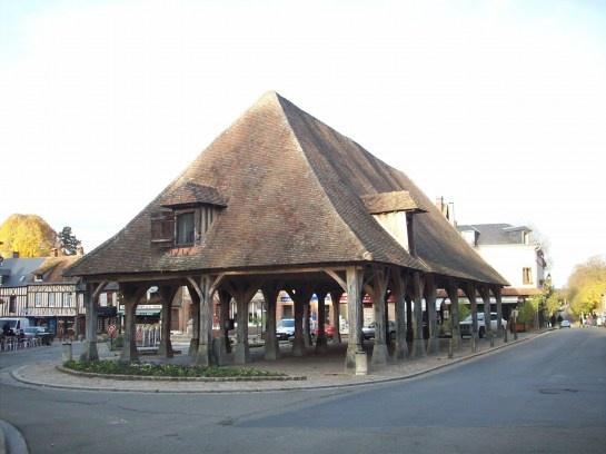 Halles en bois du XVIIe siècle, restaurées en 1776 par le duc de Penthièvre. CC BY-SA Giogo  Lyons-la-Forêt Normandie  http://campingsitesetpaysagesdefrance.wordpress.com/2012/08/06/lyons-la-foret-plus-beaux-villages-de-france-normandie-camping-sites-et-paysages