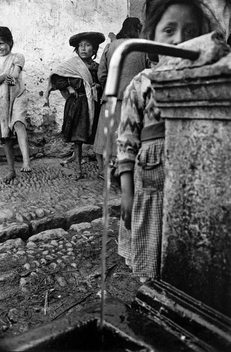 Sergio Larrain - PERU. Pisac. 1960. Indians arriving from their village for Sunday morning mass and market.