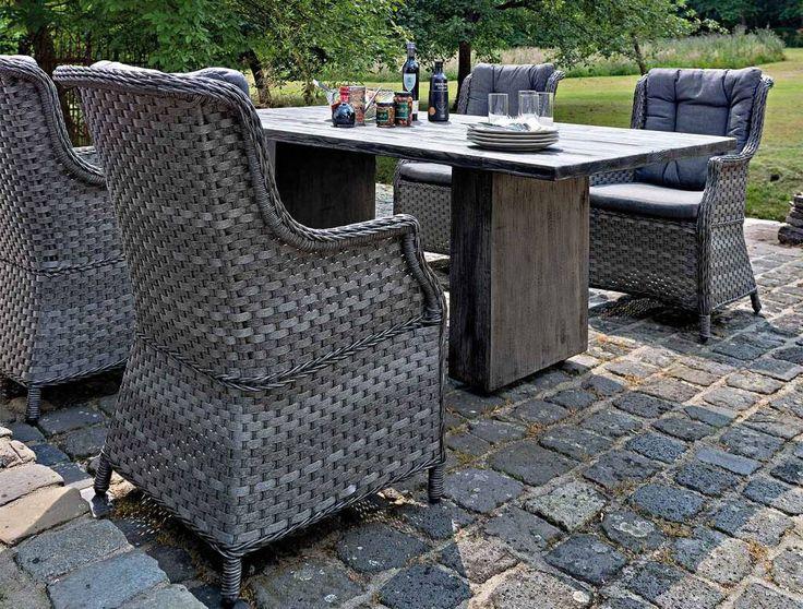 LANDELIJKE ROYALE TUINSTOEL / FAUTEUIL Deze royale landelijke Tuinfauteuil heeft een hoge rugleuning met een grijs zitkussen en rugkussen.