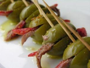 Grüne Oliven gefüllt mit Paprika und Sardellen Rezept