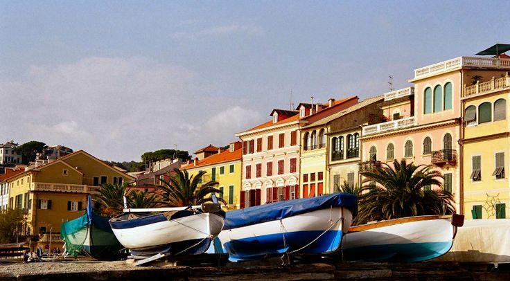 A #CelleLigure barche incorniciate dalle tipiche palazzine liguri