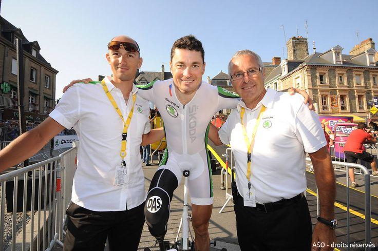Laszlo Bodrogi et Stephen Roche félicitent Jiri Jezek, champion paralympique, qui a réalisé le contre-le-montre du Mont-Saint-Michel #SkodaAimeLeTour #TDF #TDF13 #TDF100 #SKODA