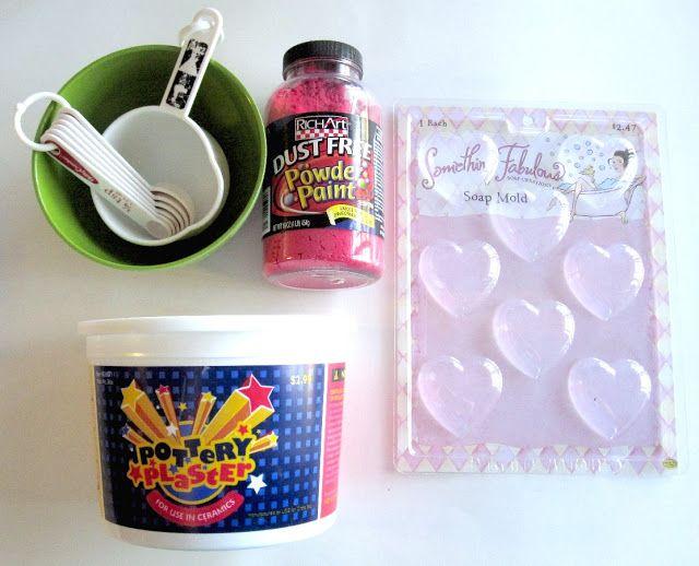 créa en plâtre : 1/2 bol de plâtre  1/4 de bol d 'eau  du colorant, (poudre, paillettes, fards à paupières qu'on utilise plus va aussi, même le fard à joues à paillettes.. qu'on écrase bien) et prendre un moule, (fonds de petits gâteaux, blisters d'emballages divers) laisser bien  sècher et passer une couche de vernis pour le brillant : vernis à ongles glossy accents, modpodge, spray etc, tout va - saupoudrer de paillettes et fixer à la laque à cheveux - j'ai testé  elles tiennent bien