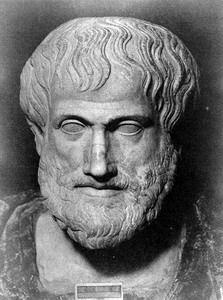 Aristóteles, como protegido suyo, fue victima de la tendencia antimacedonica acusado de impiedad hacia los dioses, se refugio en Calcis, en la isla de Eupea, donde murio al año siguiente (322 a.c.)  Aristóteles criticaba las ideas de Platon ya que este tenia una escuela con una sola finalidad, formar hombres de estado, gobernantes buenos y justos.