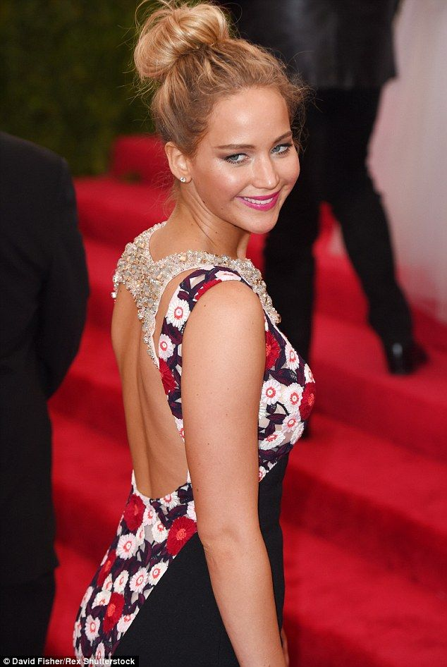 All about the details: Jen's frock was also open at the back flashing more of her sun-kissed skin