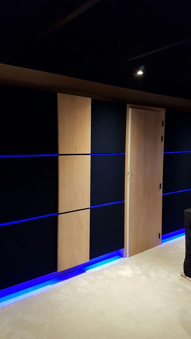 Finition sur mesure Art & Sound avec insert bois et colonnes en bois , a partir d'une base de traitement acoustique Cinéma Privé @legroupeprestige #cinemaprivé