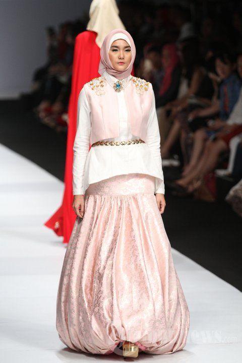Models demonstrate the Muslim fashion collection in the mat Norma Hauri Jakarta Fashion Week (JFW) 2015 in Senayan City, Jakarta, Saturday (01/11/2014). (Tribunnews / Jeprima)