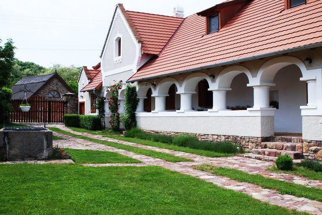 Balaton felvidék Sáskán eladó kúria, új ház, modern tájház