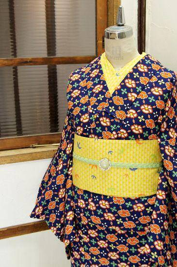 ネイビーブルーに椿の花をつないだような斜めチェックパターンが染め出されたウールの単着物です。