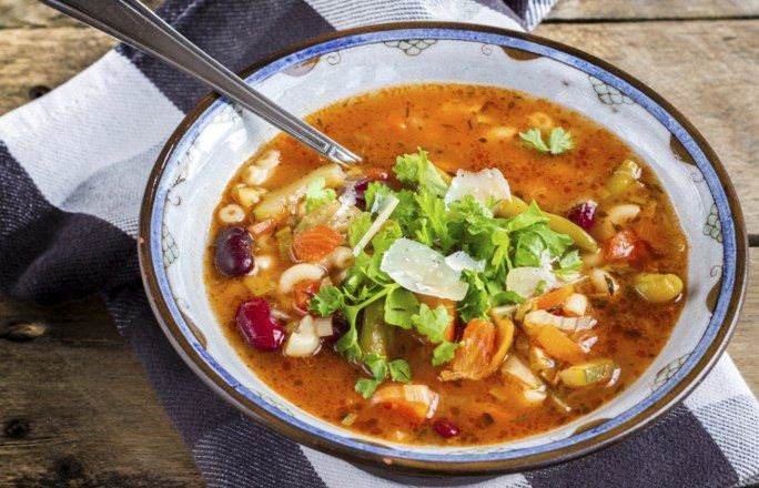 Zupa minestrone wg Gessler PRZEPIS - Włoska zupa minestrone to zupa na bazie warzyw, głównie cukinii, fasolki szparagowej, marchwi, zielonego groszku oraz szpinaku. Jest podawana na różne sposoby: z drobnym makaronem, ryżem, grzankami...