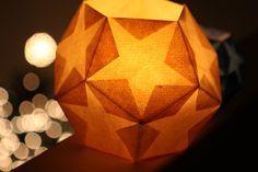 Maak je eigen sterlantaarn van aquarelpapier. Van pentagon vormen maak je een mooie lantaarn voor de donkere dagen.