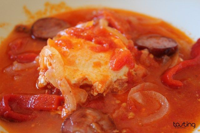 Tomatada – a hot tomato soup with poached eggs