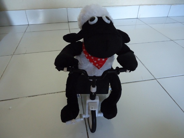 Ada2 aja, mentang2 BL tempat jual beli sepeda paling rame, Shaun The Sheep dibuat pake Sepeda. Good!