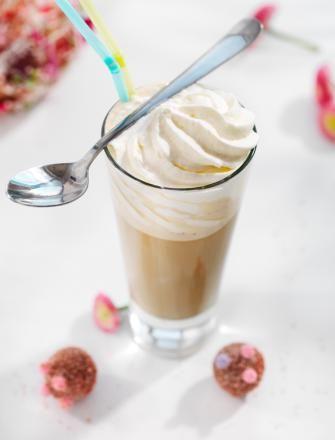 Tradycyjna latte mrożona z dodatkiem lodów waniliowych, cukru trzcinowego i bitej śmietany