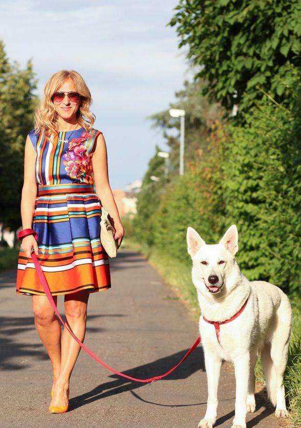 A spasso prima dell'appuntamento per il programma televisivo. Angela ha scelto un abito Alberta Ferretti molto rappresentativo della collezione solare, dinamica, ricca di colori, fiori, e righe che si alternano brillanti.  http://drexcode.com/prodotto/abito-in-raso-con-ricamo-floreale/