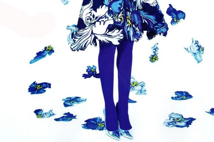 Актуальный тренд: плотные темно-синие колготки