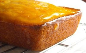 Questa torta al limone e kefir è è simile a una torta classica allo yogurt ed è arricchita da una marmellata fatta in casa al limone e zenzero, la ricetta